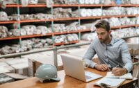 Bestellungsabgrenzungen mit Display Purchase Order Accruals verwalten